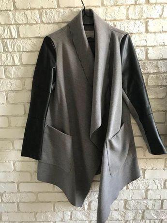Пальто панчо bershka с кожаными рукавами (серая)