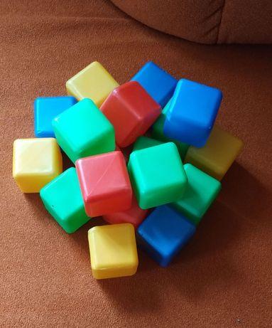 Пластиковые шарики и кубики