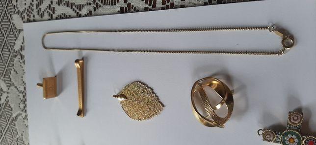 Várias Bijuterias douradas.