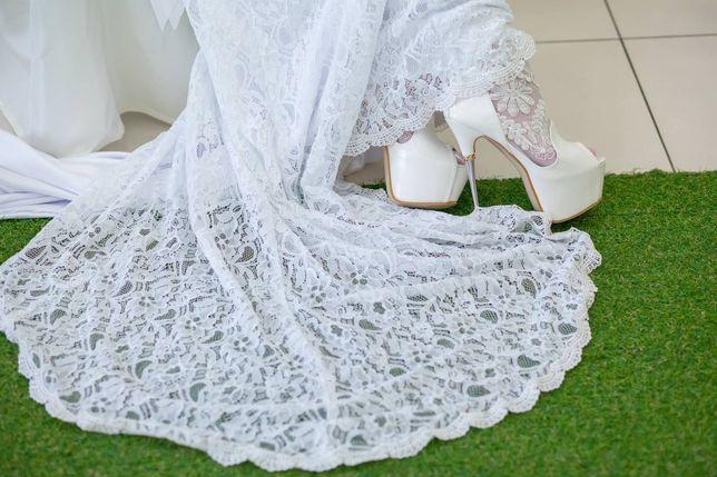 Продаю платье. Кружевное со шлейфом. Белые свадебные туфли.