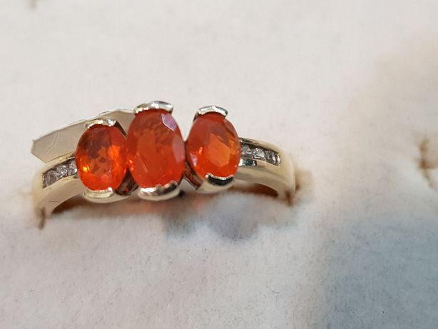 Złoty pierścionek z cyrkoniami i pomarańczowymi kamieniami 375