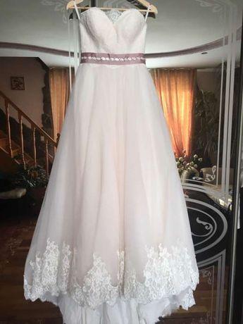 Продам свадебное платье. Очень красивое! Нежно розового оттенка.