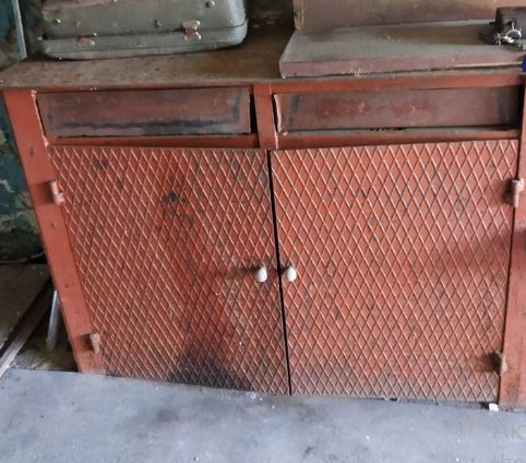 продам гаражный железный стол -тумбу
