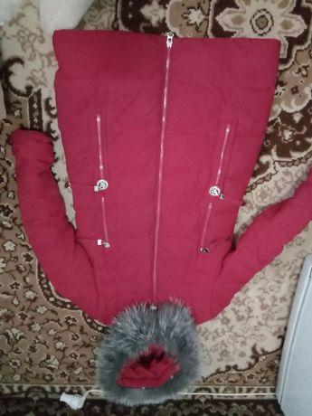 Зимнее пальто серого и красного цвета.