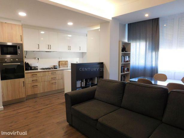 Apartamento T3 totalmente remodelado, nas Mercês Mem-Martins