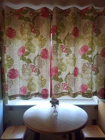 Классные затемняющие шторы на люверсах блекаут цветы на кухню next