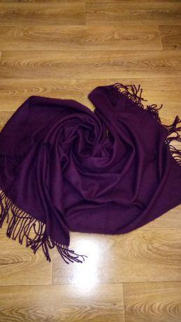 Теплый шарф-палантин сливово-фиолетового цвета