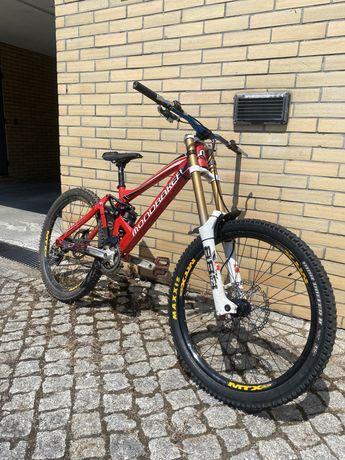 Bicicleta downhill mondraker