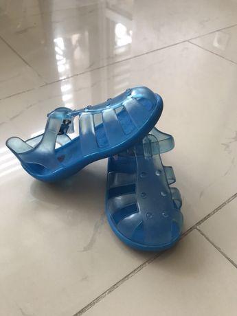 Взуття резинові для пляжу.