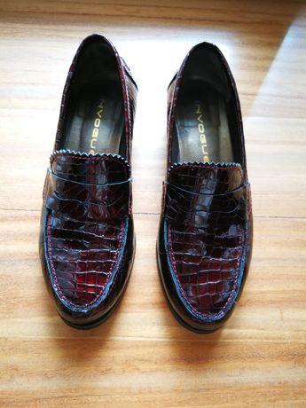 Sapato envernizado em pele