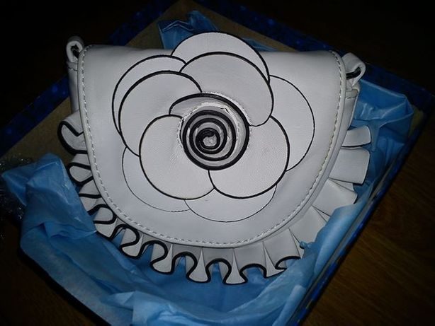 Biała/ecru elegancka mini torebka-kwiat na pasku do sukienki