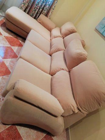 Sofá chaise longue da marca Courtisane, em bom estado.