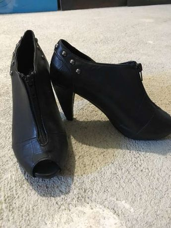 Sapato preto com tachas