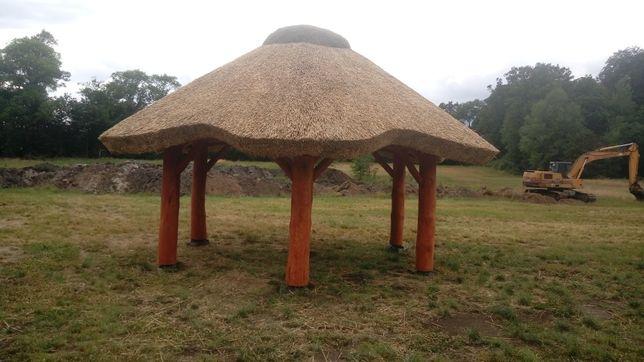 Altana ogrodowa z bali kryta trzciną strzechą