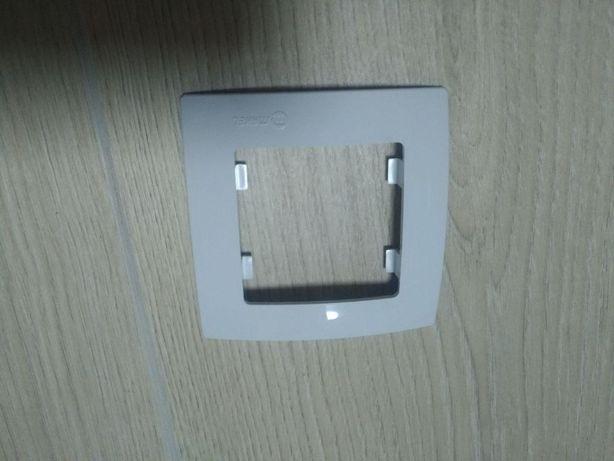 Рамки для розеток и выключателей Makel Lilium Kare белая