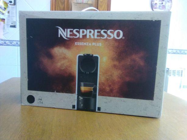 Máquina de café Nespresso Essenza Plus