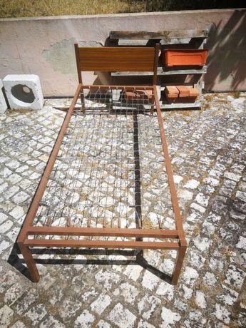 Cama individual de ferro