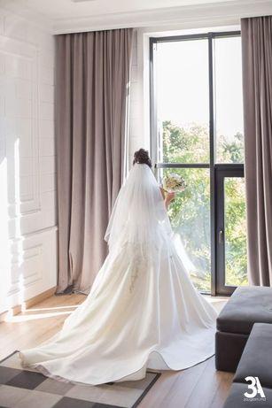 Шикарное Свадебное платье принцессы с вышивкой и красивым шлефом