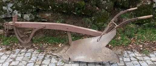 Arado em madeira antigo