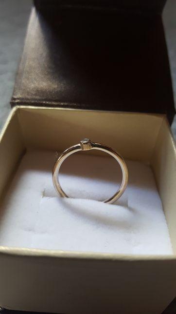 Pierscionek zareczynowy białe złoto z diamentem próba 585