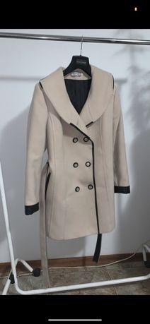 Beżowy płaszcz z guzikami
