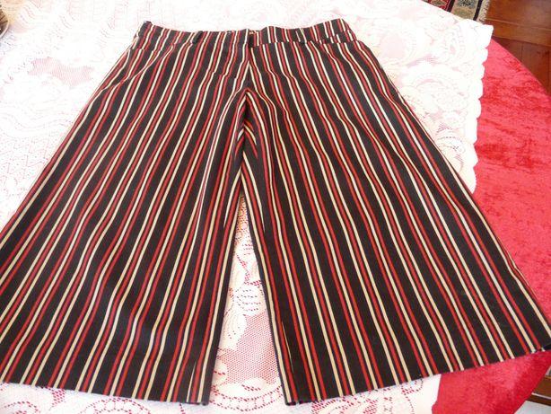 Simple atrakcyjne spodnie w paski czarno-czerwono-bezowe 38