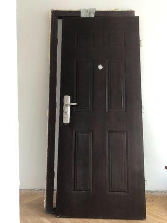 Sprzedam drzwi zewnętrzne z ościeżnicą, wizjerem i zamkiem