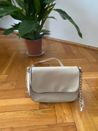 Beżowa mała torebka na łańcuszkowym pasku