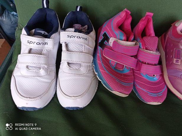 Zestaw butów dla kobietki.
