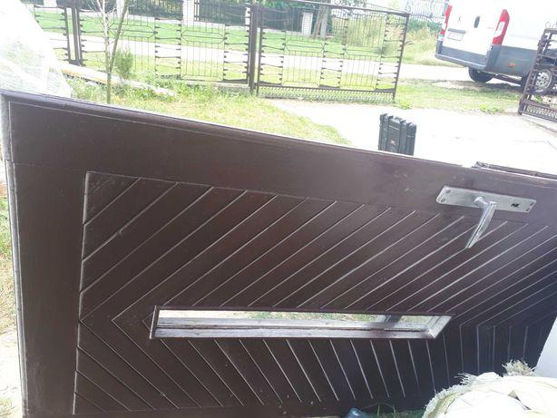 Drzwi wejściowe drewniane brązowe