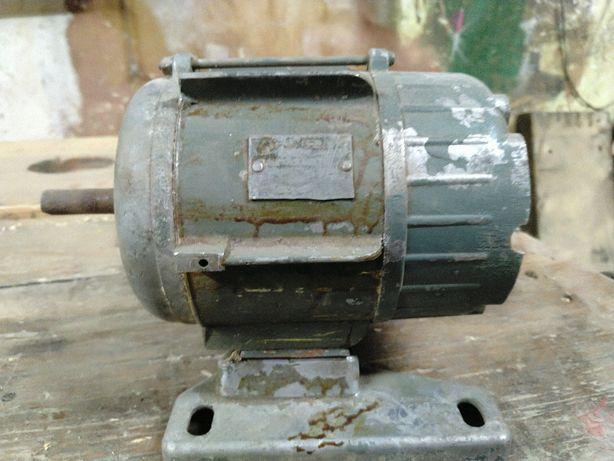 Silnik elektryczny ZEM EDA dwukierunkowy 180W 1400obr stopka