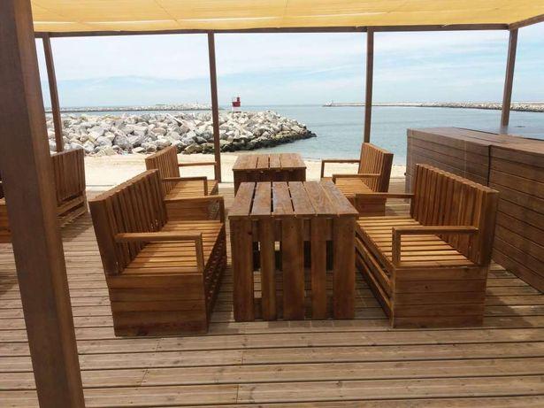 Esplanadas madeira, sofás mesas e mesas de centro.