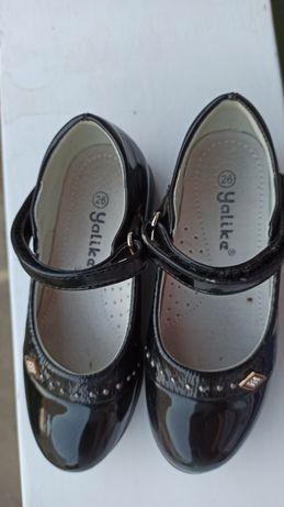 Чорні туфельки для дівчинки