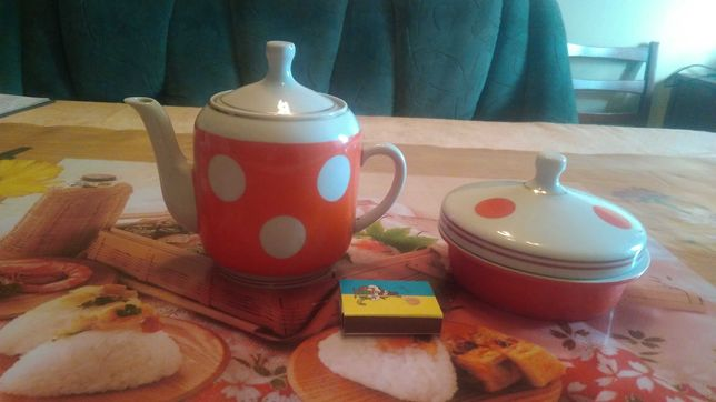 Чайник и сахарница.