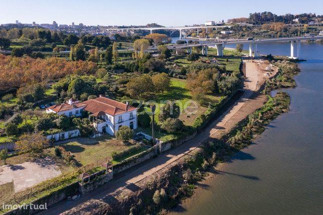 Quinta centenária, em plena margem do rio Douro, V. N. de Gaia, Porto