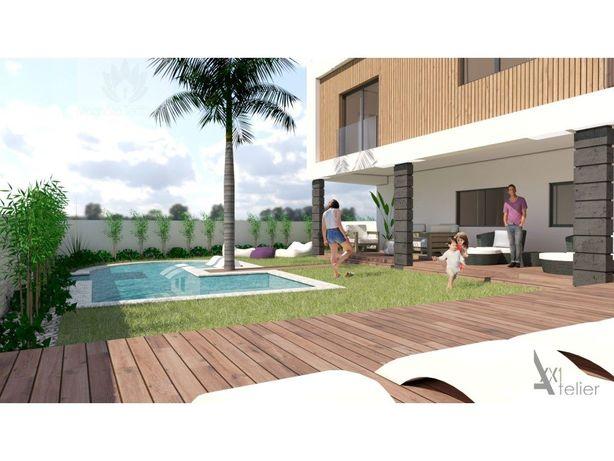 Apartamento T2 Alcochete inserido em prédio com piscina.