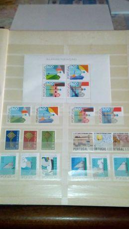 Classificador com selos de Portugal colónias e estrangeiros