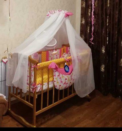 Детская кроватка-маятник на колёсиках