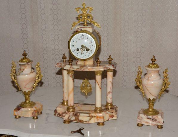 Antigo relógio de coluna com vasos