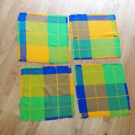 Разноцветные салфетки, подложки под тарелки, плейсматы