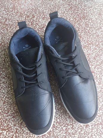 Осінні кросівки.  Розмір 44. Стан відмінний.  Обмін на черевики . Зуст