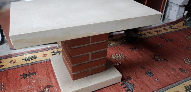Stolik ława z piaskowca i cegly, murowany.