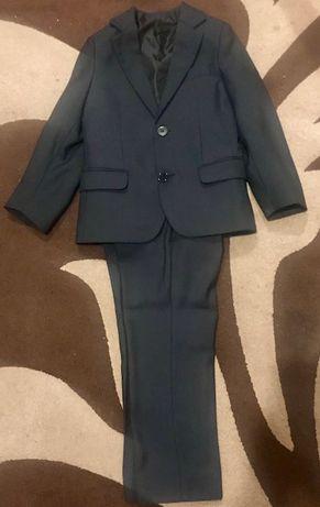 Продам школьный костюм на мальчика 5-7 лет.
