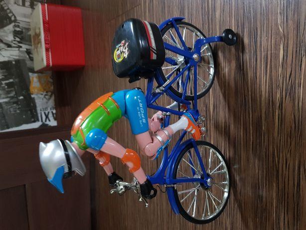 Rowerzysta gra i jedzie