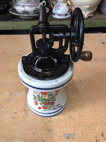 Moinho de café antigoem porcelana c/ 18 cms ,assinado