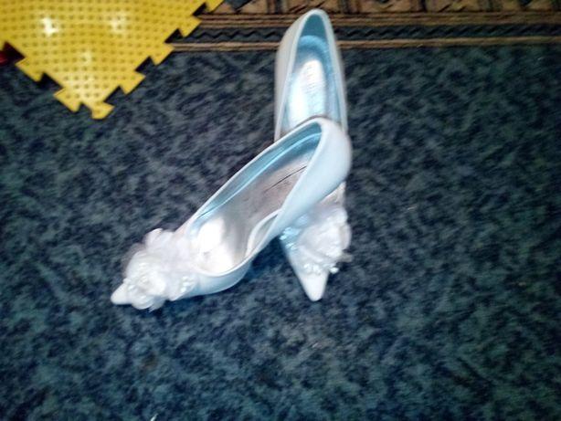 Продам белые туфли