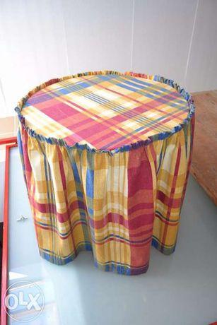 Mesa redonda com camilha