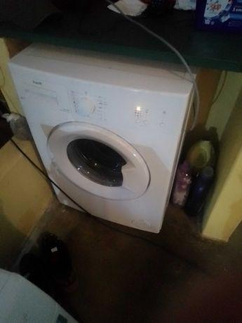 Máquina de lavar roupa e um tablet para vendas