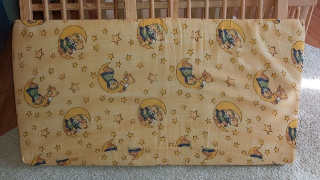 Łóżeczko dziecięce drewniane 120x65 z materacem.