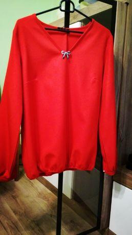 Czerwona bluzka z połyskującego materiału